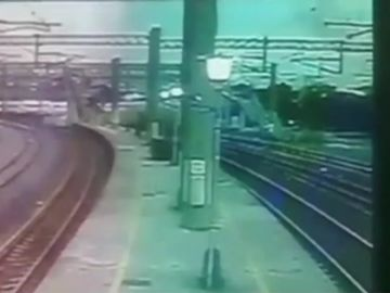 El momento en el que descarrila un tren en Taiwán
