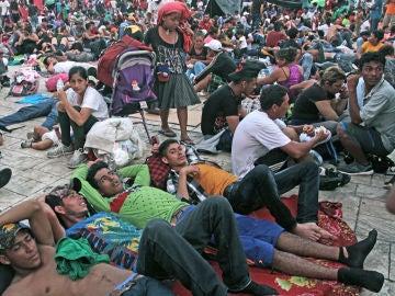 Migrantes hondureños descansan en la población de Huxtla