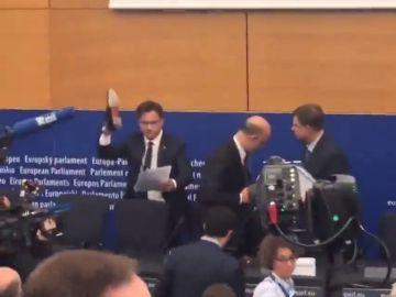 """El Gobierno italiano responde al rechazo de Bruselas pisoteando el informe de Moscovici: """"Estos 'euroimbéciles' lo tienen que entender"""""""