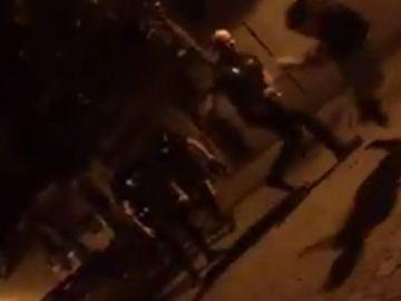Policías locales golpean a un menor mientras le llaman 'marica'