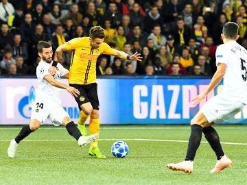 José Gaya trata de robar un balón ante el Young Boys