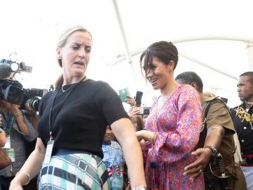Meghan Markle siendo evacuado del mercado de Suva en Fiji