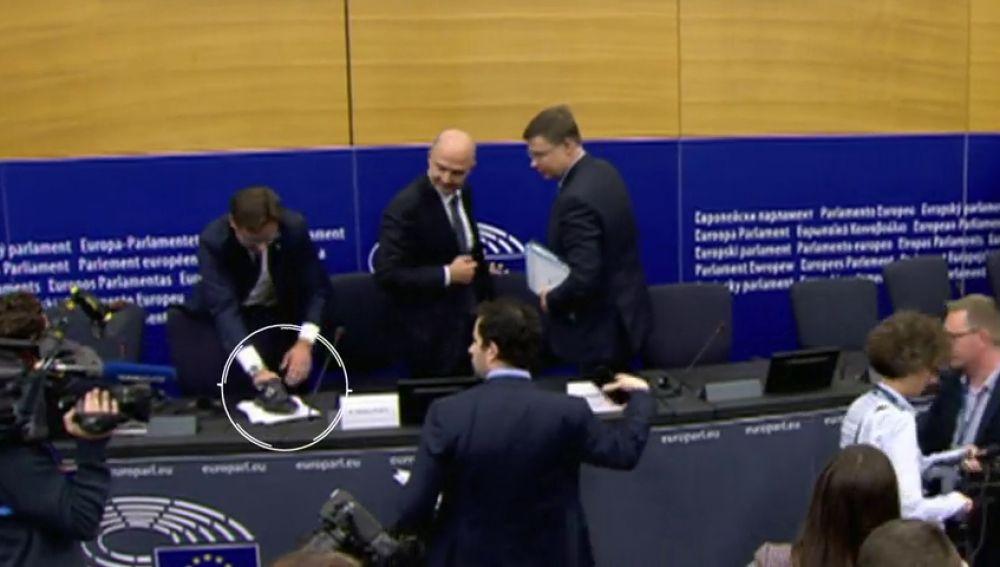 """El comisario de Economía Pierre Moscovici tacha de """"grotesco"""" , el episodio del zapatazo del eurodiputado ultraderechista italiano Angelo Ciocca"""