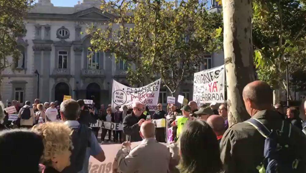Más de 200 personas realizan un escrache ante las puertas del Tribunal Supremo