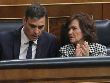 Pedro Sánchez con Carmen Calvo en el Congreso