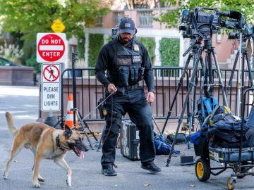 Un miembro del Servicio Secreto de los Estados Unidos y un perro policía