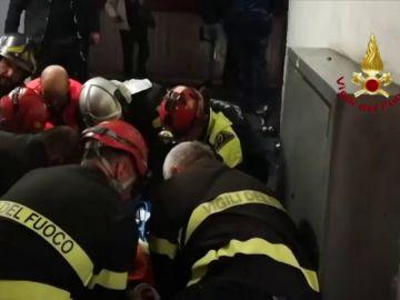 Así actuaron los bomberos tras descontrolarse una escalera mecánica en el metro de Roma