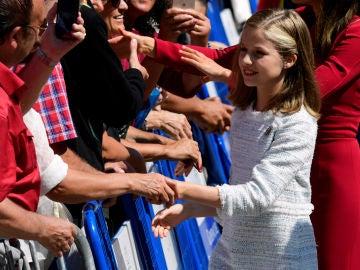 La Princesa Leonor saluda a una multitud en el Centenario de la Coronación de la Virgen de Covadonga