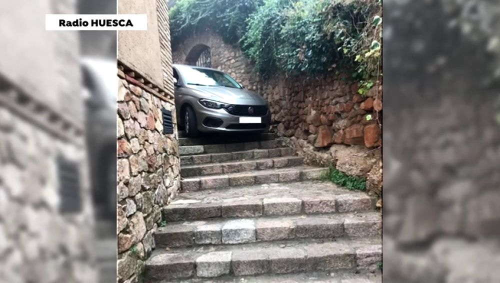El coche de dos turistas queda atrapado en unas escaleras por seguir las indicaciones del GPS en Huesca