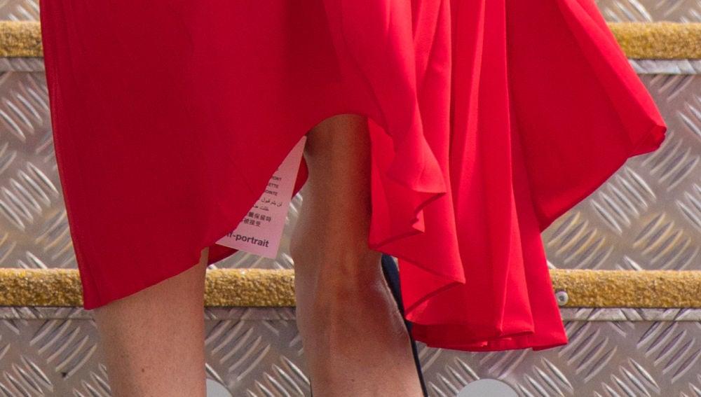 Meghan Markle con la etiqueta en su vestido