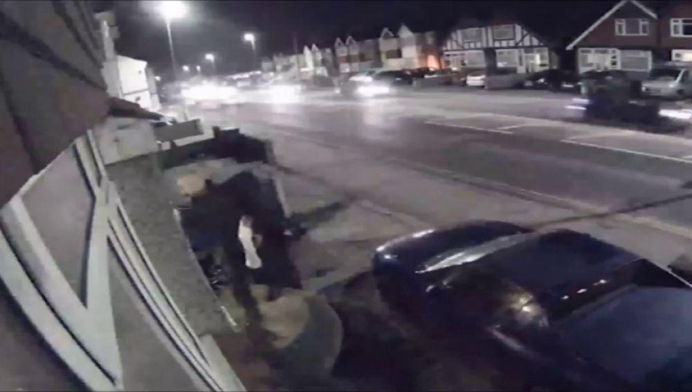 Una cámara de seguridad capta a un hombre que mató a tiros a su mujer, su suegra y su perro