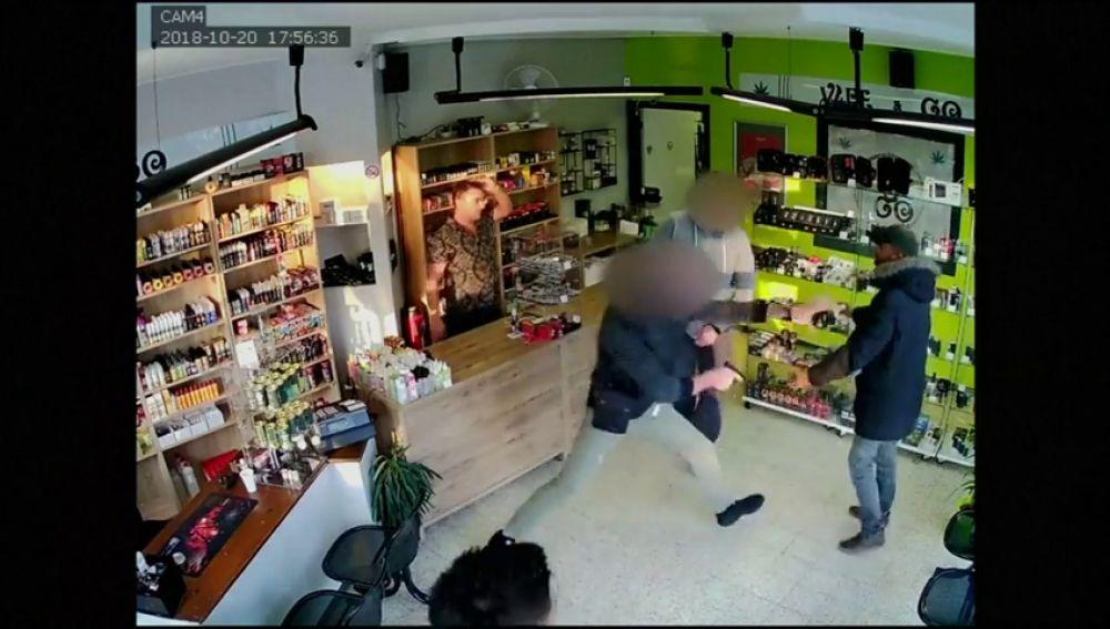 Un vendedor convence a unos ladrones para que le roben más tarde y logra que les detengan