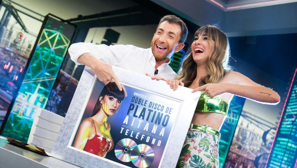 Aitana, emocionada con su doble Disco de Platino por su single 'Teléfono'