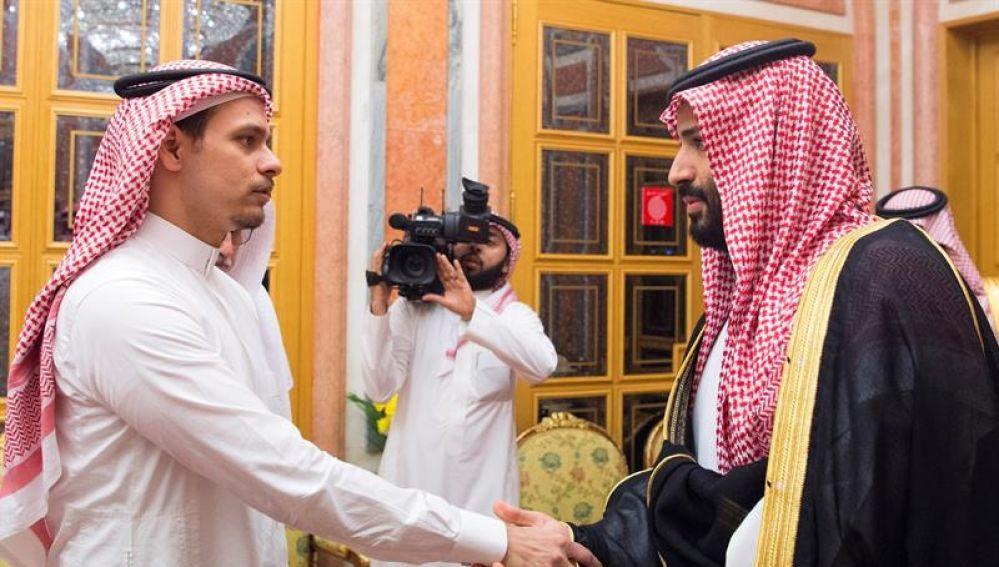 El príncipe heredero de Arabia Saudí (d), junto a Salah Khashoggi