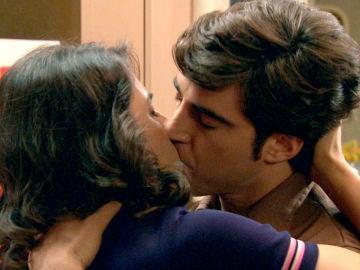 Álvaro se lanza a besar a Carolina