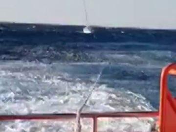 Rescatan al tripulante de un velero averiado en la desembocadura del delta del Ebro