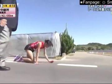 Heroicidad de una atleta japonesa: se rompe la pierna y acaba la carrera gateando