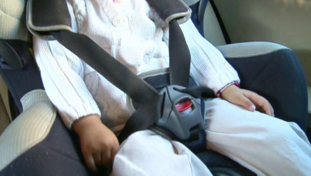 Policía rescata a una niña de dos años olvidada en un coche
