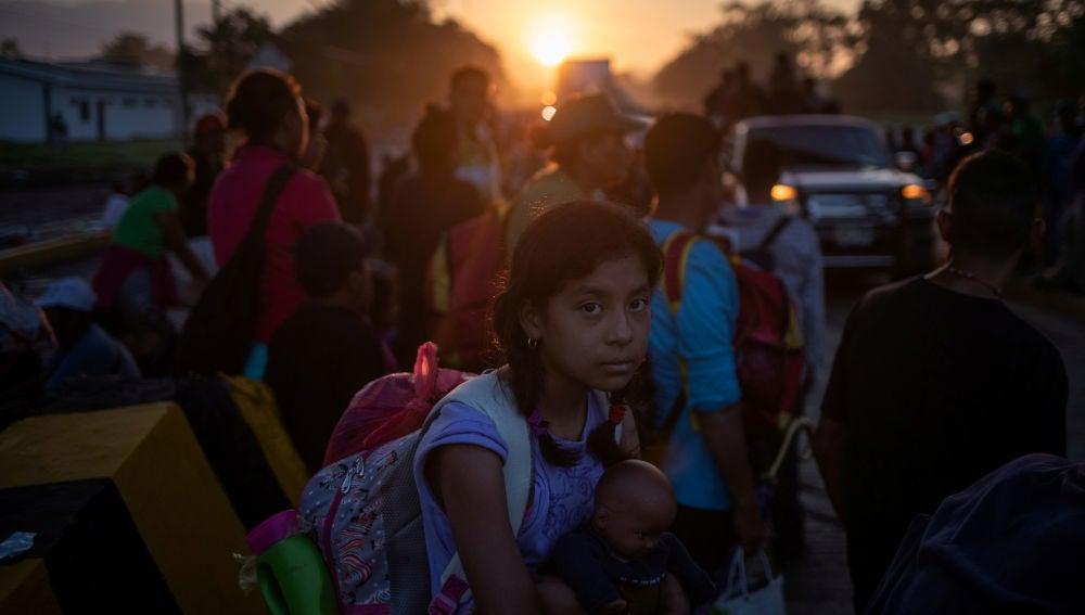 Una niña entre la caravana de migrantes que se dirige hacia Estados Unidos