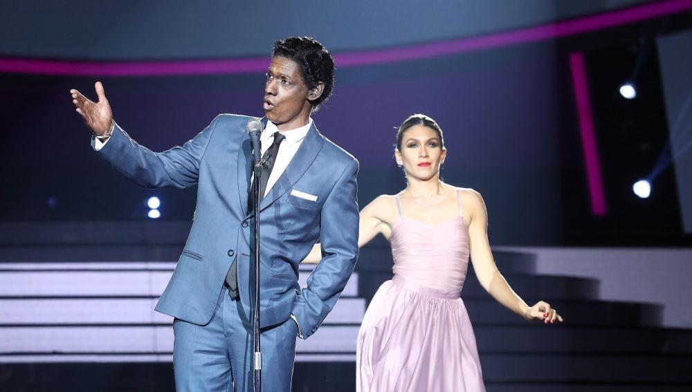 Carlos Baute desprende elegancia como Nat King Cole en 'Cachito'