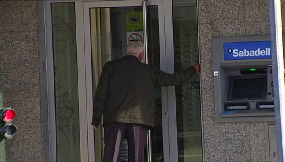 Un hombre atraca un banco y solo consigue llevarse 20 euros