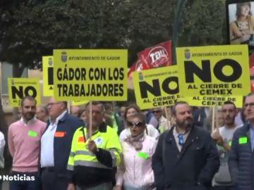 Los trabajadores de Cemex en Gádor, Almería, se manifiestan para exigir que la empresa no eche el cierre