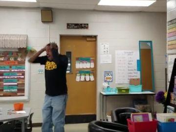 El conserje del colegio al recibir la sorpresa