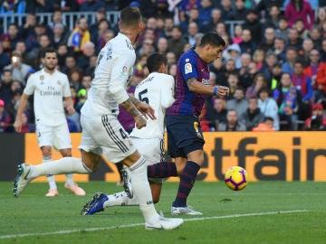 Varane traba a Luis Suárez en el área