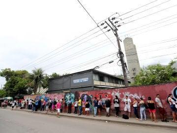 Decenas de brasileños esperan a las puertas de un colegio electoral para votar