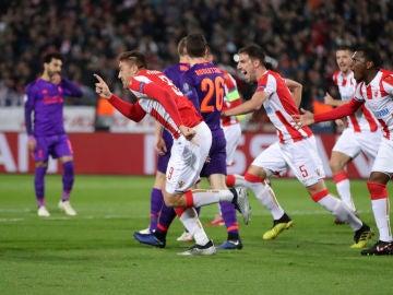 Los jugadores del Estrella Roja celebran uno de los goles contra el Liverpool