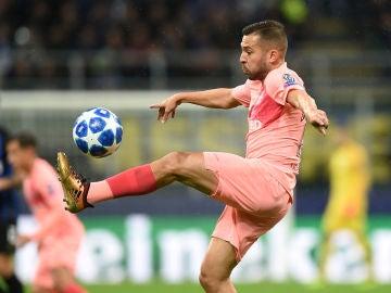 Jordi Alba controla el balón en el partido contra el Inter