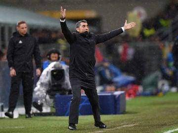 Ernesto Valverde protesta en el partido contra el Inter