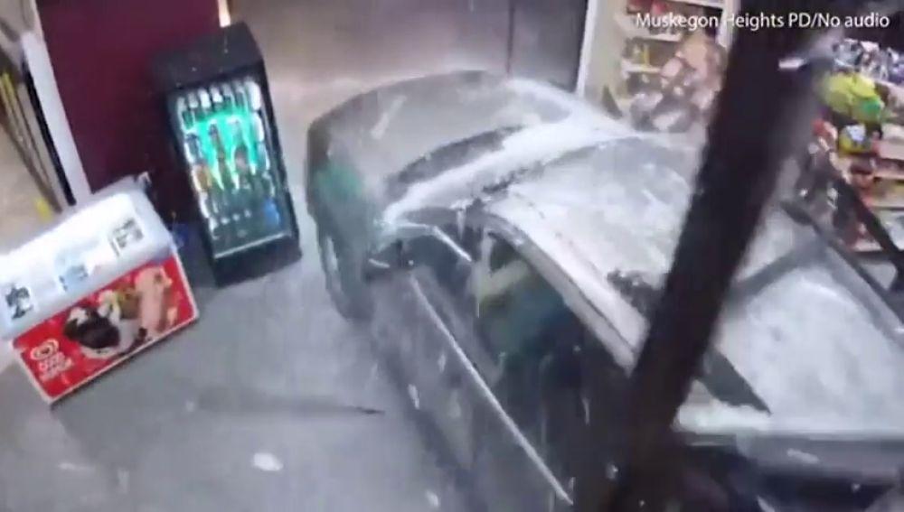 Una mujer atraviesa un escaparate con su coche y arrolla a dos hombres