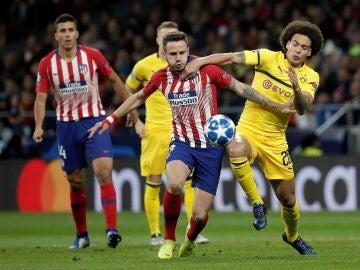 Saúl y Witsel pugnan por la posesión del balón
