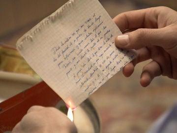 Carlos destruye todos los recuerdos que le quedan de Cova, el amor de su vida