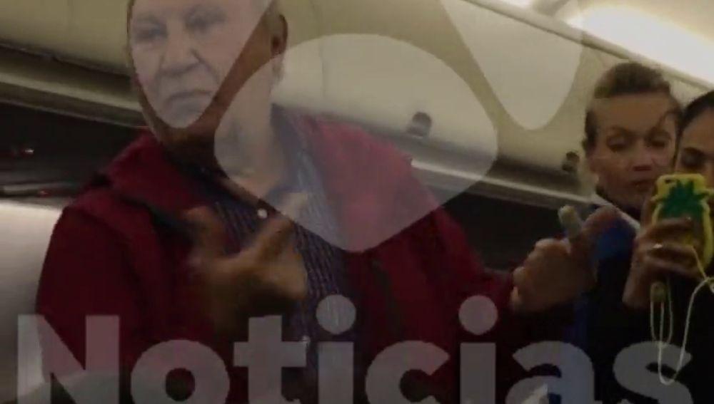 Una pareja de ancianos españoles, expulsados de un avión tras una discusión agravada por no entender el idioma