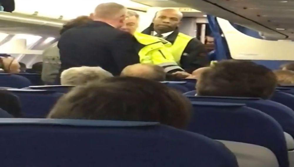 Un matrimonio de personas mayores fue expulsado del vuelo Ámsterdam-Madrid cuando el avión estaba a punto de despegar.