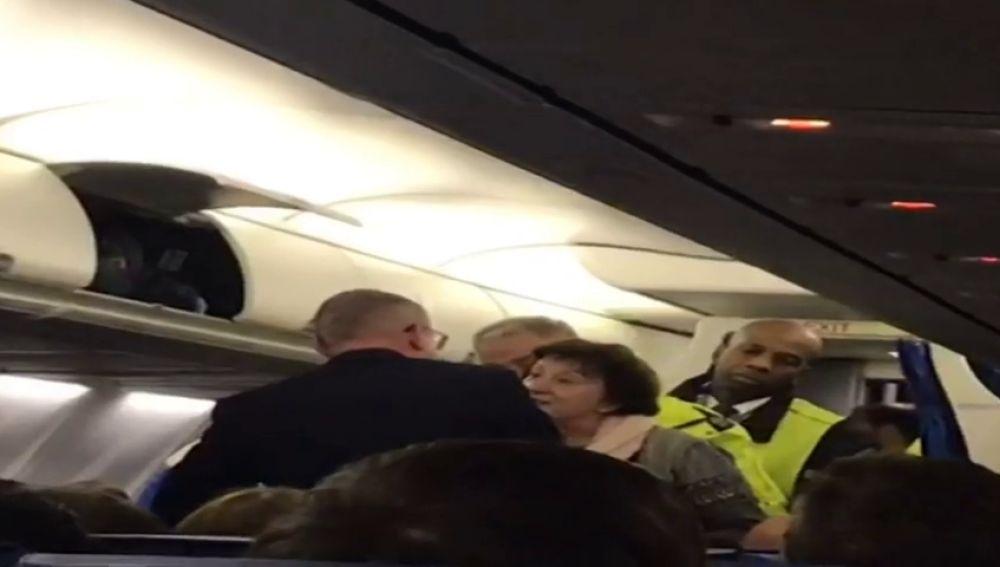 Expulsan a un matrimonio de ancianos españoles de un avión tras una discusión que fue a más por no entender el idioma