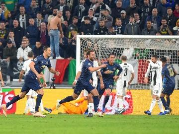 Mata celebra su gol de falta directa contra la Juventus