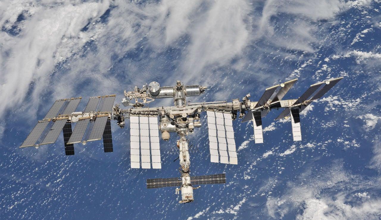 La Estación Espacial Internacional fotografiada por tripulantes de la Expedición 56 desde una nave espacial Soyuz después de desacoplarla.