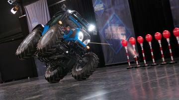 VÍDEO: Un nuevo reto de 'El Hormiguero 3.0': ¿Podrá explotar una hilera de globos sobre un tractor a dos ruedas?