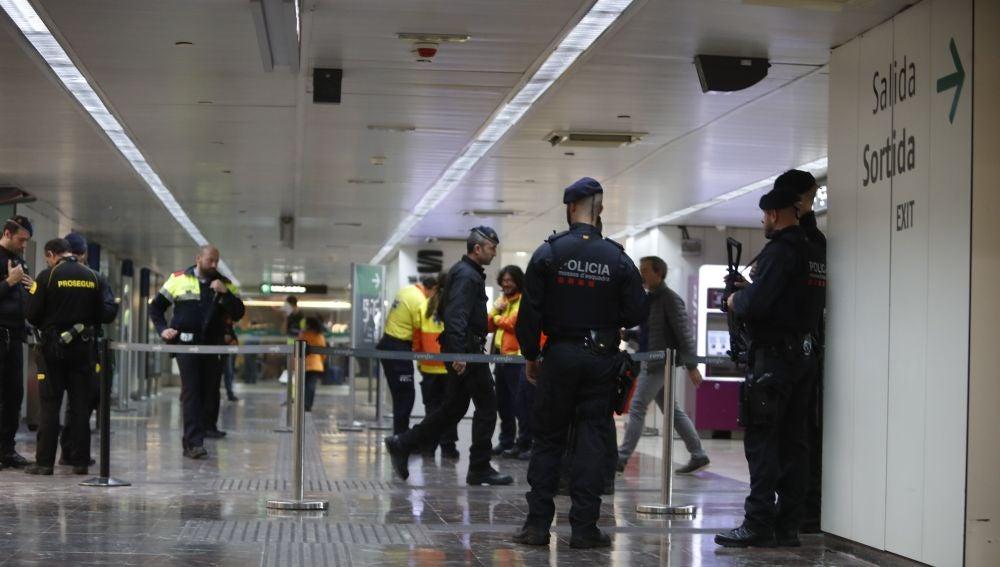 Los Mossos d'Esquadra han desalojado esta mañana dos trenes del AVE