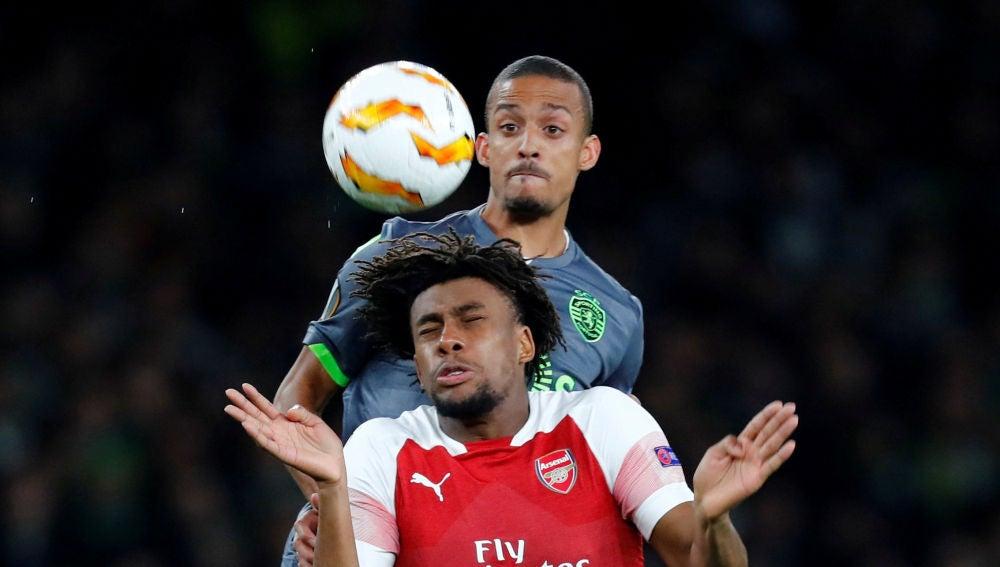 Iwobi y Bruno Gaspar pelean por el balón