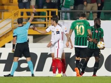 Los jugadores del Sevilla protestan la expulsión de Sergi Gómez