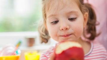 Niña comiendo manzana