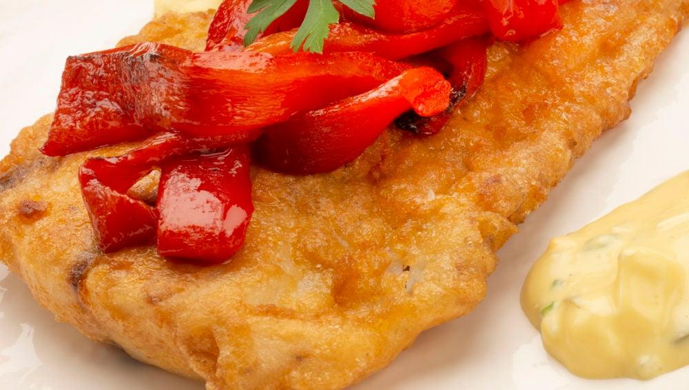 Corvina rebozada con salsa tártara y pimientos.