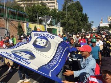 Miembros de la caravana de migrantes caminan por Ciudad de México