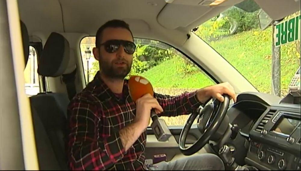 El taxista asturiano que sorprende a sus clientes con una copla de Manolo Escobar
