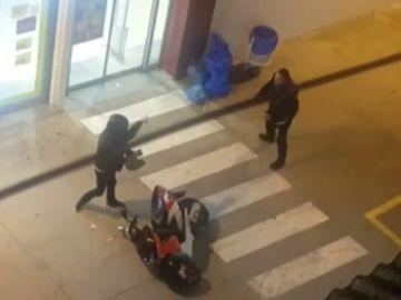 Las imágenes del momento de la detención de dos atracadores en un supermercado de Terrassa