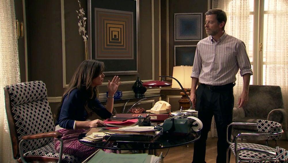 Marcelino intenta impedir que María protagonice una escena erótica en una película